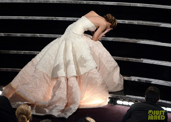 """""""Argo"""" vô địch Oscar, Nữ chính xuất sắc vấp ngã khi lên nhận giải 3"""