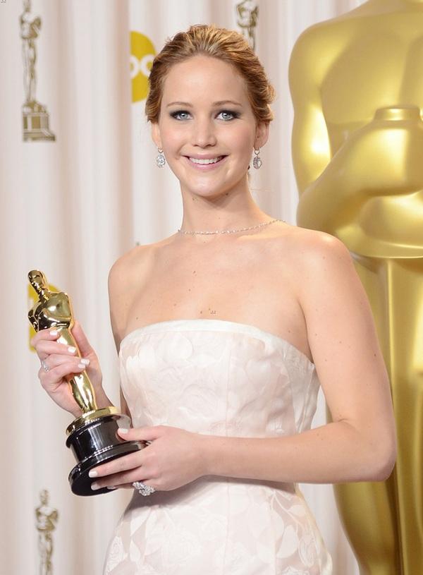 """""""Argo"""" vô địch Oscar, Nữ chính xuất sắc vấp ngã khi lên nhận giải 48"""