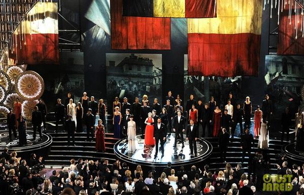 """""""Argo"""" vô địch Oscar, Nữ chính xuất sắc vấp ngã khi lên nhận giải 31"""