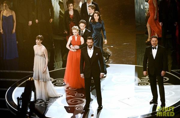 """""""Argo"""" vô địch Oscar, Nữ chính xuất sắc vấp ngã khi lên nhận giải 32"""