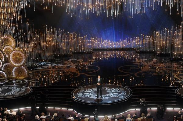 """""""Argo"""" vô địch Oscar, Nữ chính xuất sắc vấp ngã khi lên nhận giải 7"""
