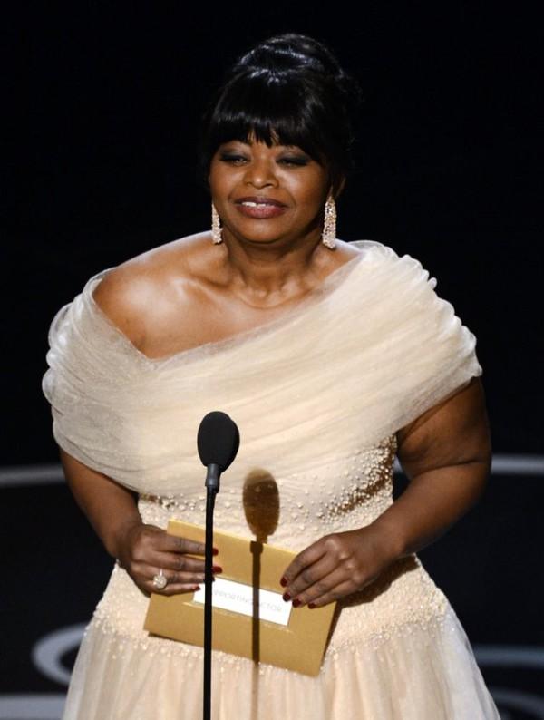 """""""Argo"""" vô địch Oscar, Nữ chính xuất sắc vấp ngã khi lên nhận giải 14"""