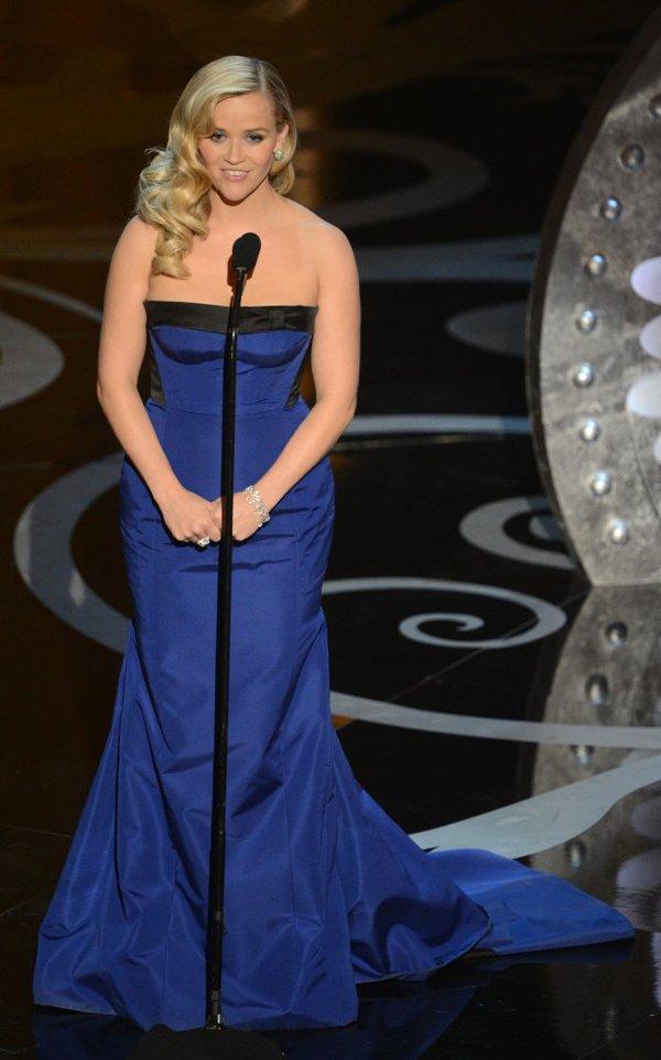 """""""Argo"""" vô địch Oscar, Nữ chính xuất sắc vấp ngã khi lên nhận giải 18"""