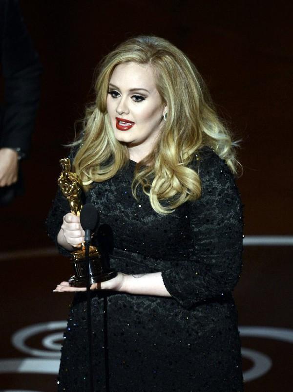 """""""Argo"""" vô địch Oscar, Nữ chính xuất sắc vấp ngã khi lên nhận giải 44"""