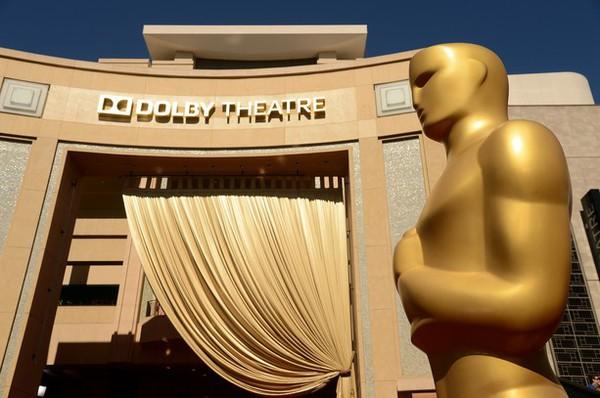 """""""Argo"""" vô địch Oscar, Nữ chính xuất sắc vấp ngã khi lên nhận giải 6"""