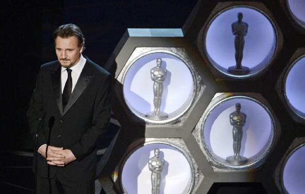 """""""Argo"""" vô địch Oscar, Nữ chính xuất sắc vấp ngã khi lên nhận giải 26"""