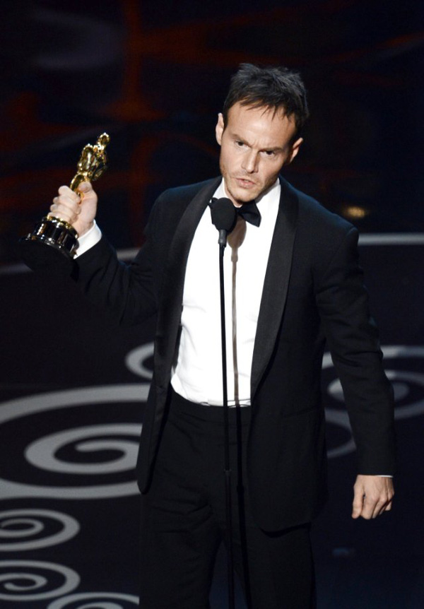 """""""Argo"""" vô địch Oscar, Nữ chính xuất sắc vấp ngã khi lên nhận giải 46"""