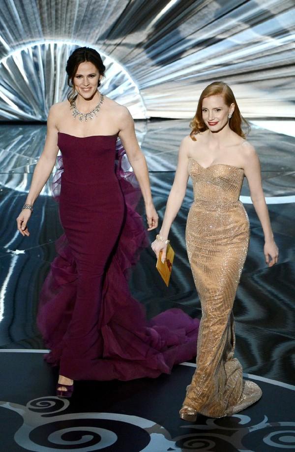 """""""Argo"""" vô địch Oscar, Nữ chính xuất sắc vấp ngã khi lên nhận giải 28"""