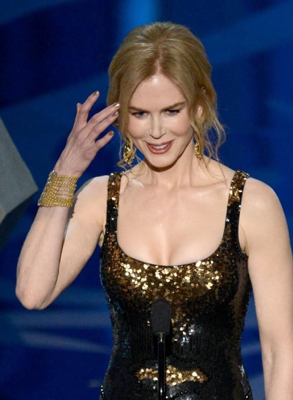 """""""Argo"""" vô địch Oscar, Nữ chính xuất sắc vấp ngã khi lên nhận giải 39"""