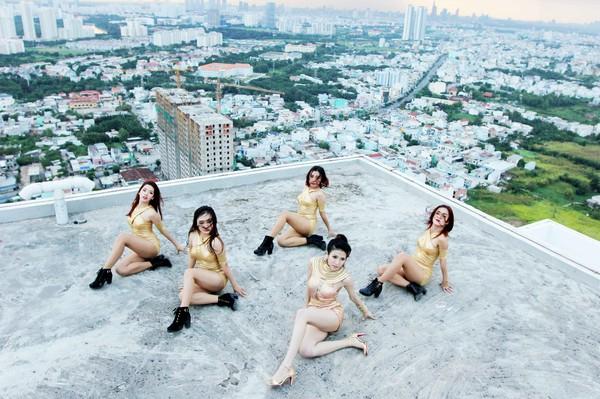"""Trang Pháp """"làm liều"""" hát và nhảy trên nóc nhà 34 tầng không lan can 5"""