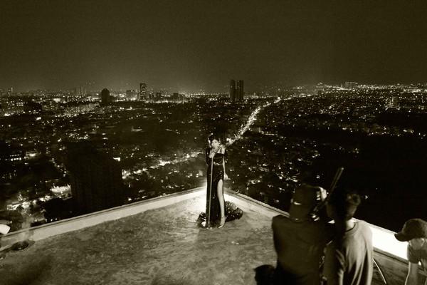 """Trang Pháp """"làm liều"""" hát và nhảy trên nóc nhà 34 tầng không lan can 7"""