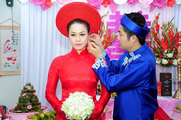 """Vẻ đẹp """"hút hồn"""" đậm chất Việt của sao với áo dài màu đỏ truyền thống 14"""