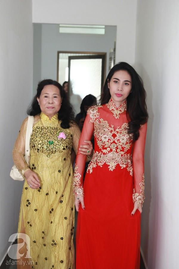 """Vẻ đẹp """"hút hồn"""" đậm chất Việt của sao với áo dài màu đỏ truyền thống 3"""