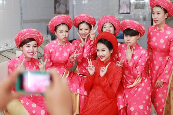 """Vẻ đẹp """"hút hồn"""" đậm chất Việt của sao với áo dài màu đỏ truyền thống 19"""