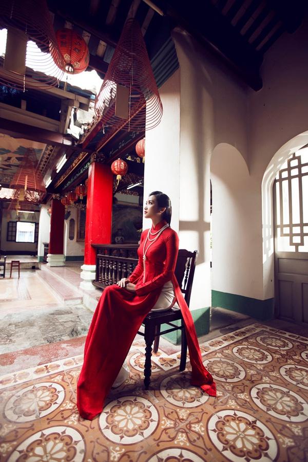 """Vẻ đẹp """"hút hồn"""" đậm chất Việt của sao với áo dài màu đỏ truyền thống 21"""