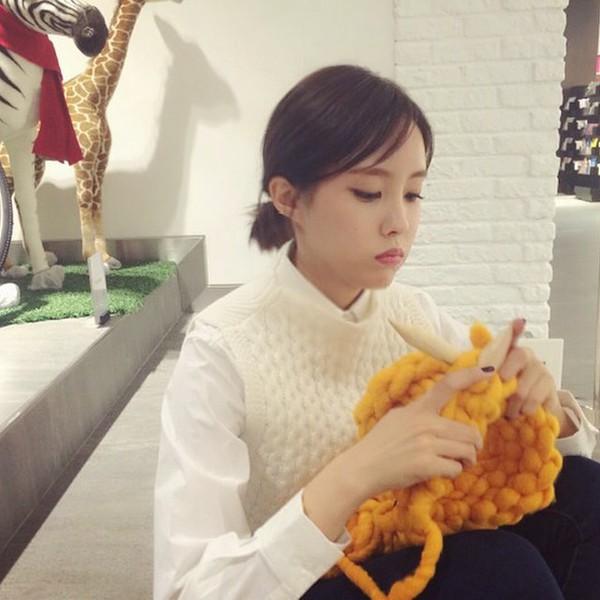 """Giới trẻ Hàn """"sốt"""" với chiếc mũ beanie sợi to ngộ nghĩnh 19"""