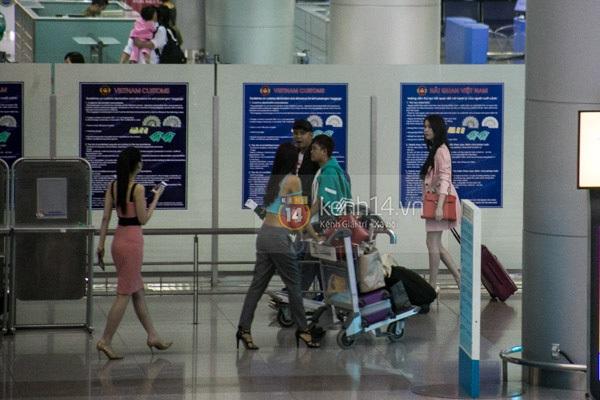 Ngọc Trinh diện quần siêu ngắn nổi bật ở sân bay  13