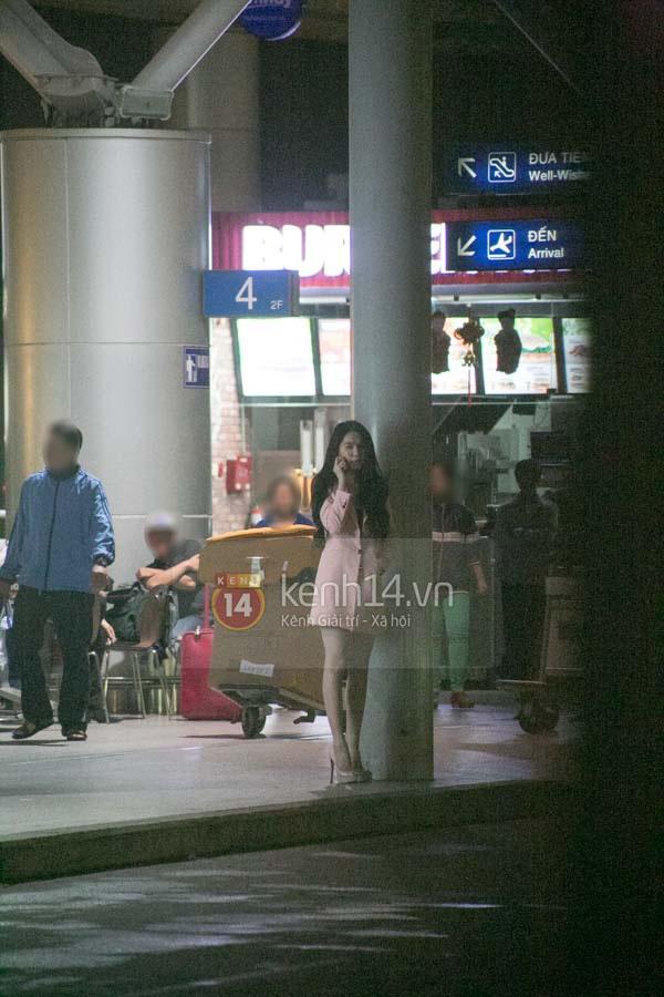 Ngọc Trinh diện quần siêu ngắn nổi bật ở sân bay  3