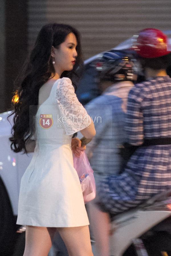 """Ngọc Trinh diện váy trắng, chân đi dép """"tất bật"""" trên phố 11"""