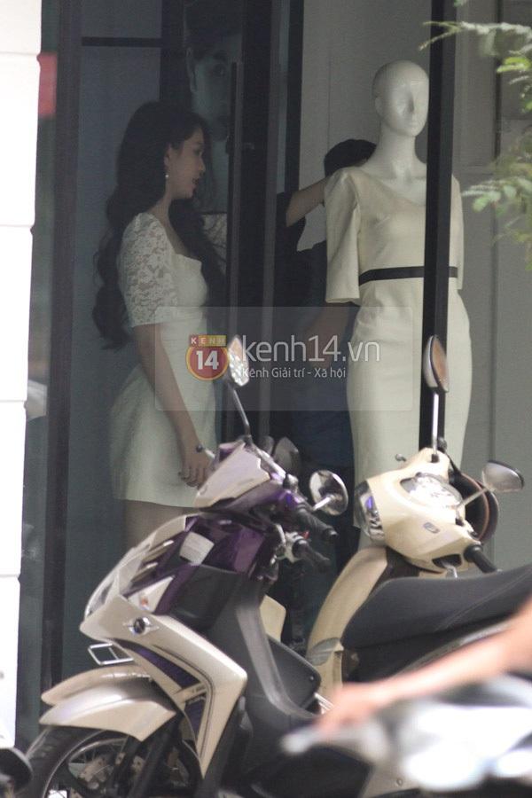"""Ngọc Trinh diện váy trắng, chân đi dép """"tất bật"""" trên phố 3"""