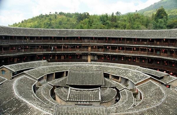 """Những """"vương quốc nhỏ"""" trong lâu đài đất ở Trung Quốc 1"""