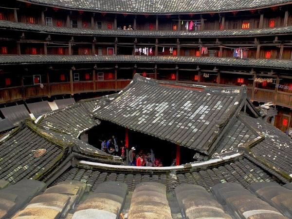 """Những """"vương quốc nhỏ"""" trong lâu đài đất ở Trung Quốc 2"""