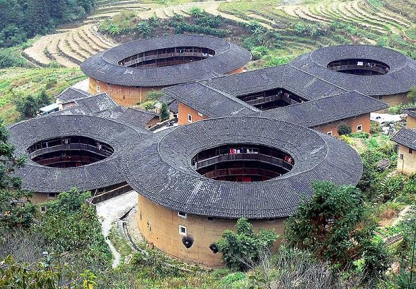 """Những """"vương quốc nhỏ"""" trong lâu đài đất ở Trung Quốc 3"""