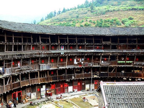 """Những """"vương quốc nhỏ"""" trong lâu đài đất ở Trung Quốc 7"""