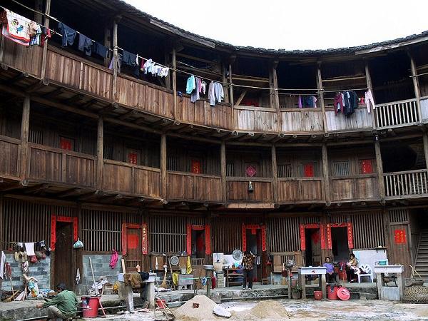 """Những """"vương quốc nhỏ"""" trong lâu đài đất ở Trung Quốc 4"""