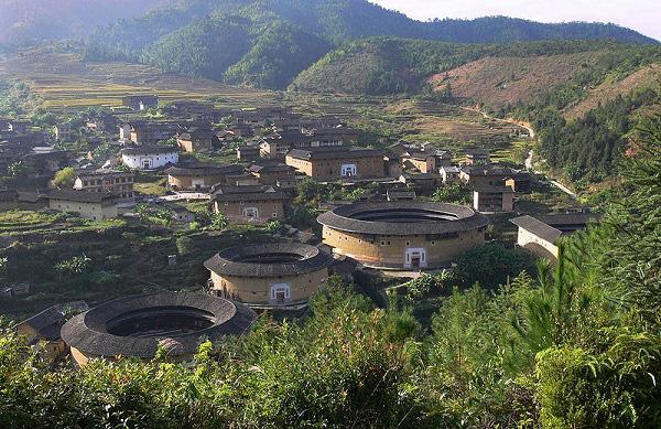 """Những """"vương quốc nhỏ"""" trong lâu đài đất ở Trung Quốc 9"""