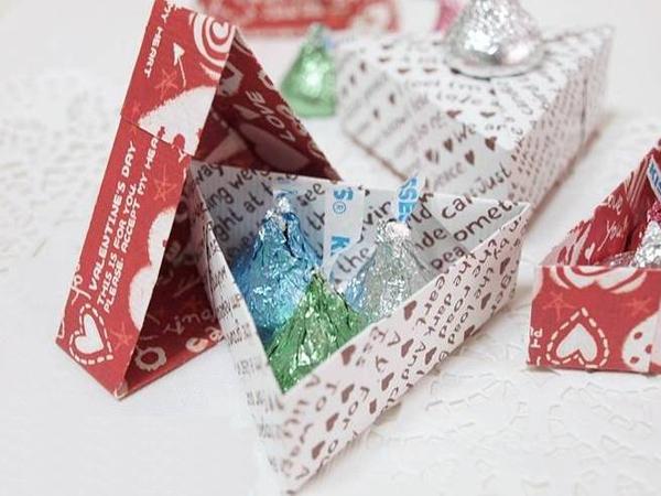 Học cách gấp hộp quà tam giác đơn giản và tiện lợi 9