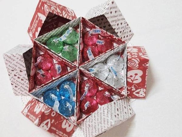 Học cách gấp hộp quà tam giác đơn giản và tiện lợi 11