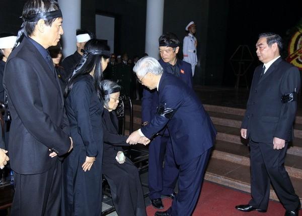 Hết giờ Lễ viếng Quốc tang, nhiều người dân vẫn xếp hàng vào viếng Đại tướng 122