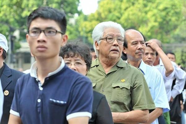 Hết giờ Lễ viếng Quốc tang, nhiều người dân vẫn xếp hàng vào viếng Đại tướng 117