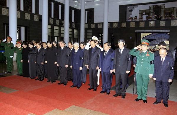 Hết giờ Lễ viếng Quốc tang, nhiều người dân vẫn xếp hàng vào viếng Đại tướng 120
