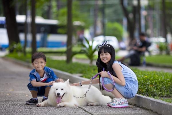 """Hai """"em bé đáng sợ nhất Việt Nam"""" cực đáng... yêu ngoài đời 11"""