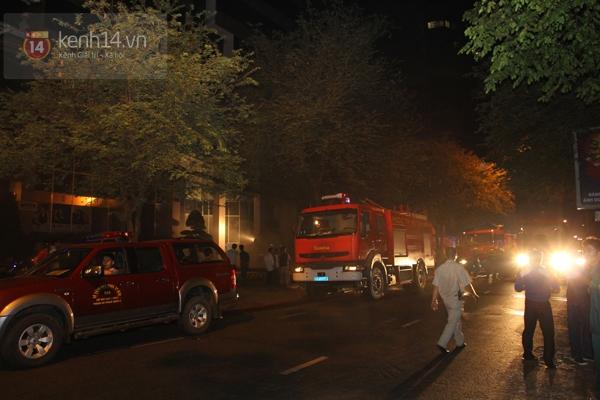 Huy động 6 xe cứu hỏa để chữa cháy ở building giữa quận 1 6