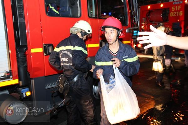 Huy động 6 xe cứu hỏa để chữa cháy ở building giữa quận 1 10