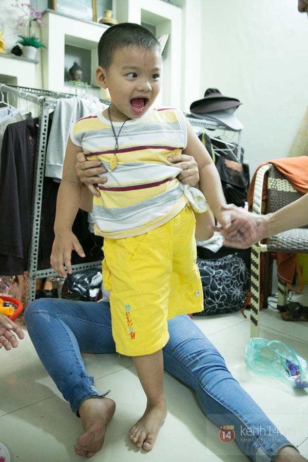 """Cậu bé 4 tuổi mồ côi sau tai nạn: """"Tại sao con lại mất một chân?"""" 7"""