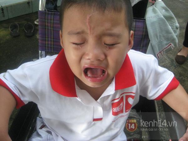"""Cậu bé 4 tuổi mồ côi sau tai nạn: """"Tại sao con lại mất một chân?"""" 12"""