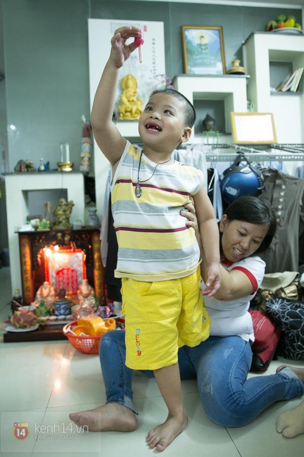 """Cậu bé 4 tuổi mồ côi sau tai nạn: """"Tại sao con lại mất một chân?"""" 17"""