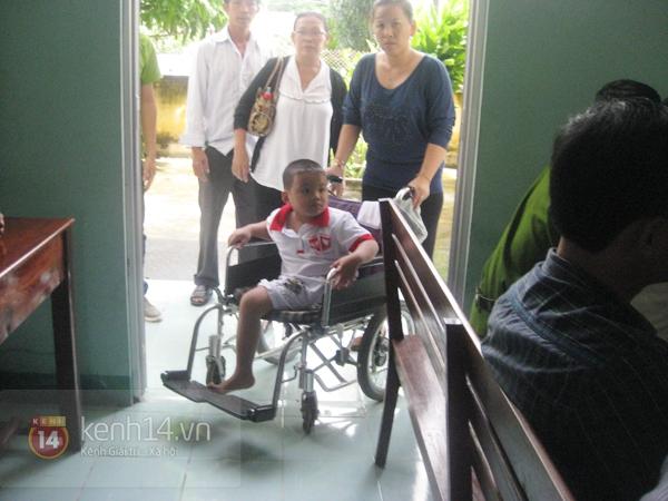 """Cậu bé 4 tuổi mồ côi sau tai nạn: """"Tại sao con lại mất một chân?"""" 10"""