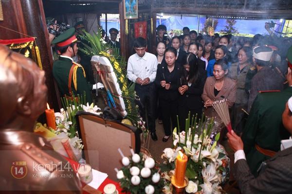 Hết giờ Lễ viếng Quốc tang, nhiều người dân vẫn xếp hàng vào viếng Đại tướng 183