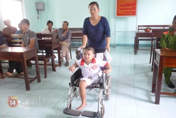 """Cậu bé 4 tuổi mồ côi sau tai nạn: """"Tại sao con lại mất một chân?"""" 11"""