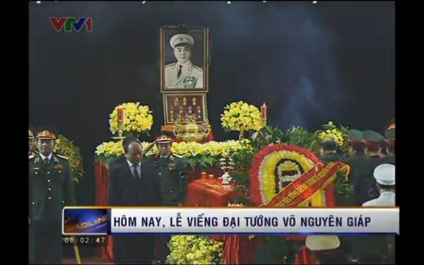 Hết giờ Lễ viếng Quốc tang, nhiều người dân vẫn xếp hàng vào viếng Đại tướng 14