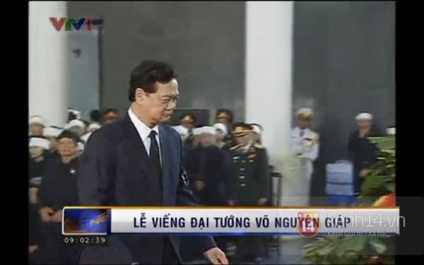 Hết giờ Lễ viếng Quốc tang, nhiều người dân vẫn xếp hàng vào viếng Đại tướng 25