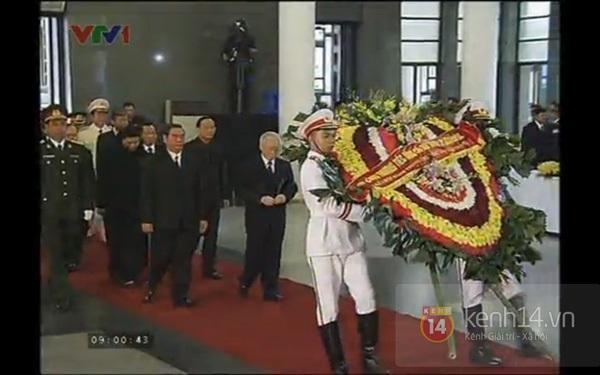 Hết giờ Lễ viếng Quốc tang, nhiều người dân vẫn xếp hàng vào viếng Đại tướng 5