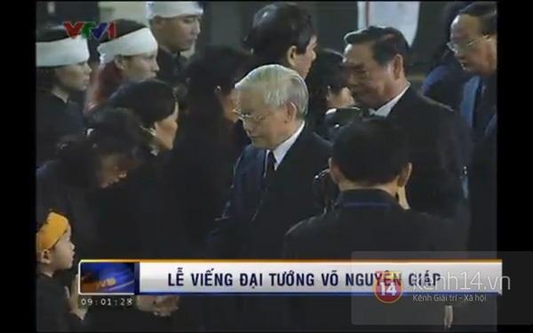 Hết giờ Lễ viếng Quốc tang, nhiều người dân vẫn xếp hàng vào viếng Đại tướng 6