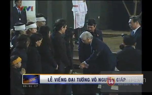 Hết giờ Lễ viếng Quốc tang, nhiều người dân vẫn xếp hàng vào viếng Đại tướng 8