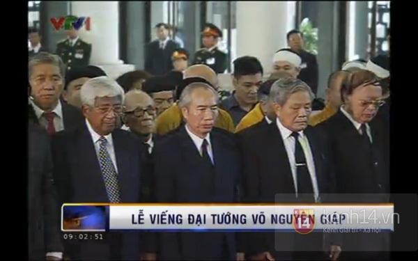 Hết giờ Lễ viếng Quốc tang, nhiều người dân vẫn xếp hàng vào viếng Đại tướng 31